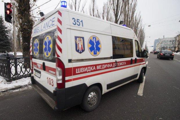 Військовий автобус на повній швидкості протаранив іномарку в центрі Києва: фото