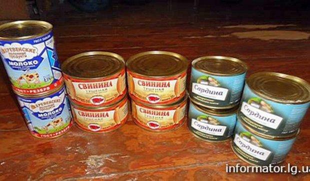 Прострочені консерви видають в окупованому Алчевську  (фото)