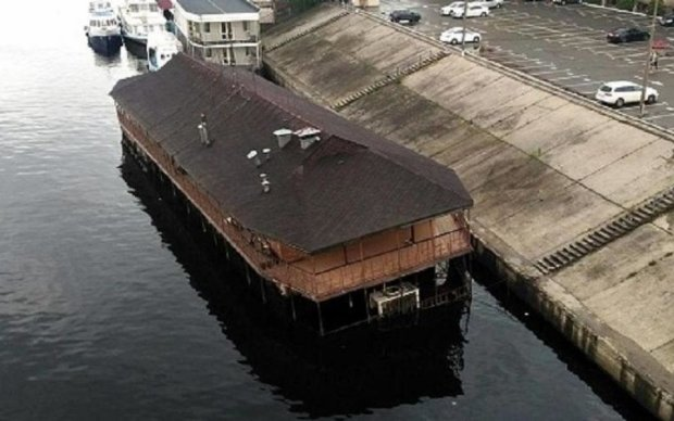 В столице нашли затонувший дебаркадер: фото