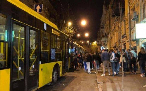Неадекватная украинка громила троллейбус вместе с пассажирами