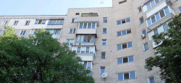 У Запоріжжі жінка повисла з балкона на 9 поверсі, бовтала ногами і благала про допомогу - очевидці в жаху