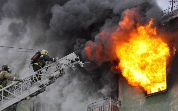 Найбільша пожежа в Києві потрапила на відео