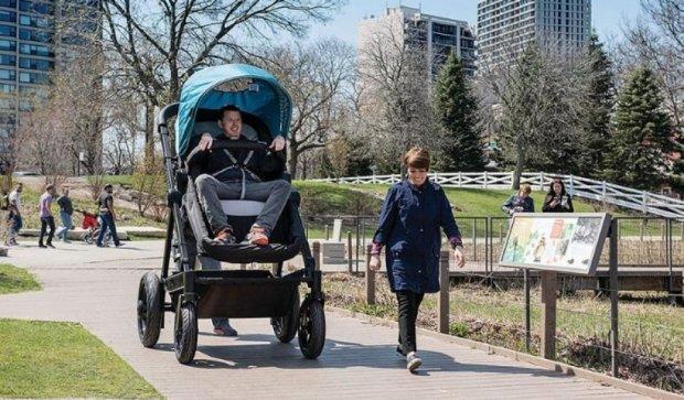 Дитяча коляска гігантських розмірів для тест-драйву батьків