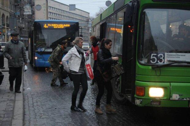"""Що там у вас за проїзд? Львівських школярів перетворили на """"зайців"""""""