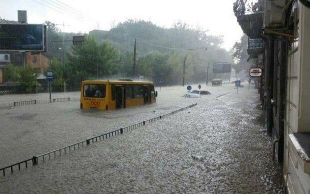 Львів затопило по пояс: тонуть машини, люди вчаться плавати