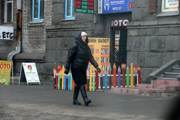Курс валют на 9 лютого небезпечно покотився вниз, гривня затремтіла
