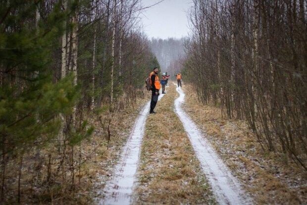 Глухий чоловік загубився в лісі, коли допомагав знайти дорогу заблукалій німій жінці