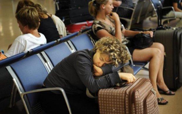 """К забытым в аэропорту украинцам прибыла помощь с """"большой земли"""""""