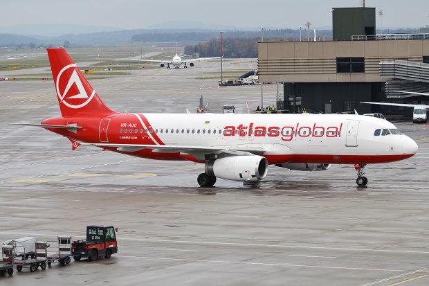 """Мужчина в небе хотел открыть дверь самолета: могло бы """"высосать"""" пассажиров"""