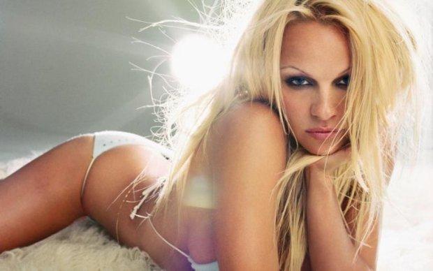 Легенда Playboy забыла надеть трусики на фотосессию