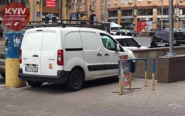 Обнаглевший автохам заблокировал подземный переход в центре Киева