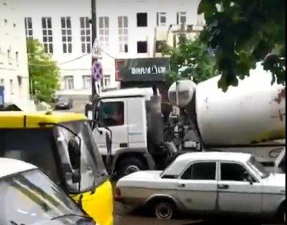У Києві маршрутка застрягла посеред вулиці після дощу, скріншот