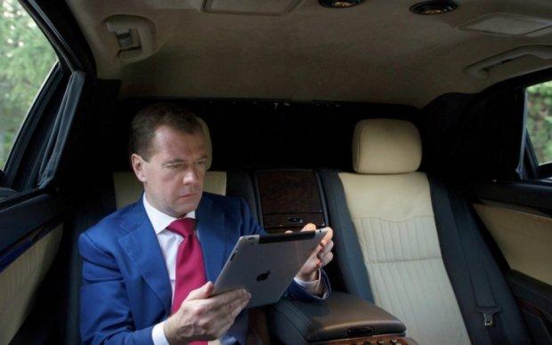 """Империя Медведева: появились данные о """"благотворительных"""" расходах премьера"""