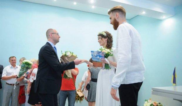 Яценюк попіарився на першій реєстрації шлюбу за онлайн заявкою (фото)