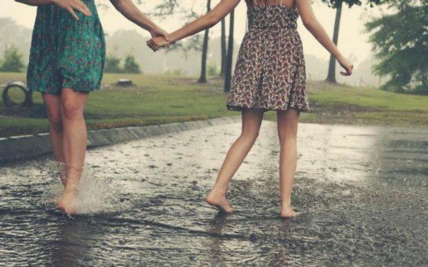 Кому следует прихватить зонтики от дождя, а кому от солнца