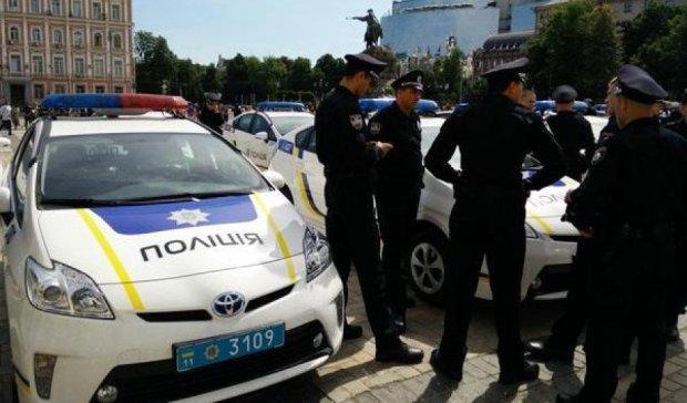 В Киеве мужчина пистолетом угрожал полицейским