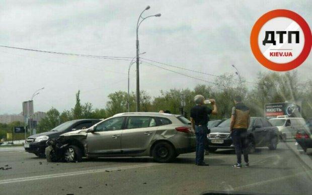 Серйозна аварія у Києві паралізувала Харківське шосе