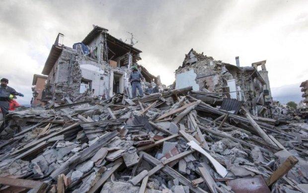 Наче землетрус: у Києві стіна розтрощила іномарки
