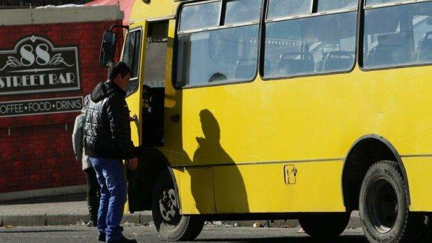 Київський маршрутник жорстко помстився кривдникові на очах у пасажирів, відео розборок потрапило в мережу