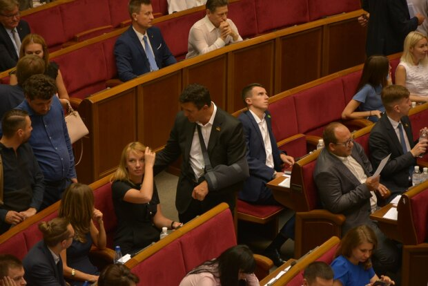 """Как депутаты себя иммунитета лишали: босая Кондратюк, """"однорукий"""" Тищенко и пугливый Вакарчук"""