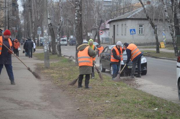 """""""Это Борщага, детка"""": киевские коммунальщики метлой гнали местных наркоманов"""