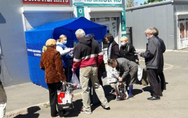 Партия Медведчука ОПЗЖ раздает горожанам в Константиновке медицинские маски