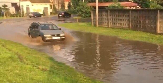 Мукачево в воде, скриншот: YouTube