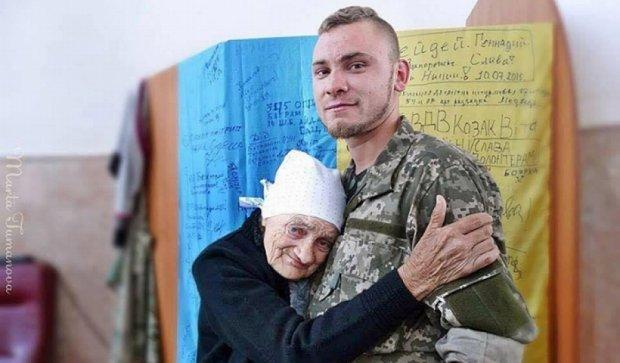 Фото дня: старенька всі свої гроші віддає на перемогу України