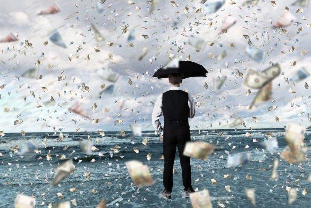 Город накрыл денежный дождь, улицы завалены валютой: собирать никто, конечно, не будет