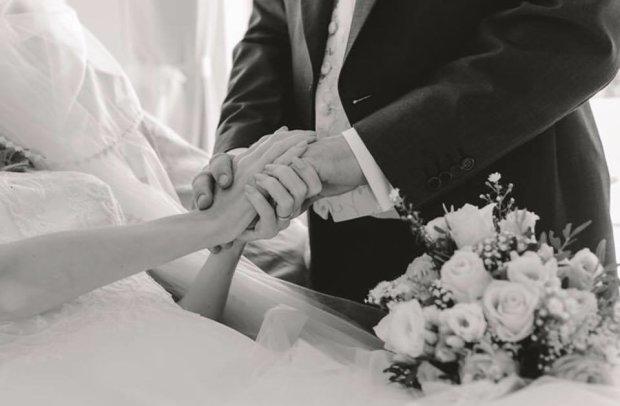 Церемония у койки, белое платье невесты и все близкие рядом. История любви до последнего вздоха никого не оставит равнодушным