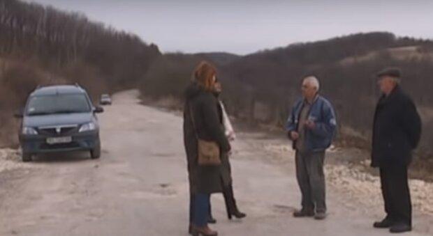 """Тернополяне пристыдили слуг народа лопатами и починили """"горбатую"""" дорогу - ни единой ямы"""