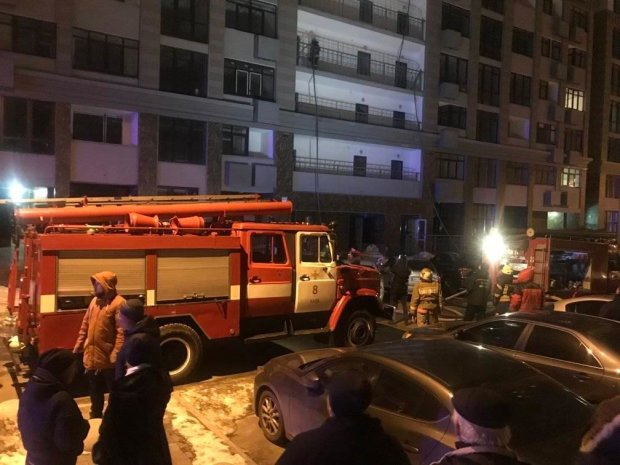 Пекельна пожежа на Печерську охопила багатоповерхівку: люди рятувалися через вікна, фото