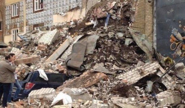 В Москве обрушился дом, привалив пять автомобилей (видео)