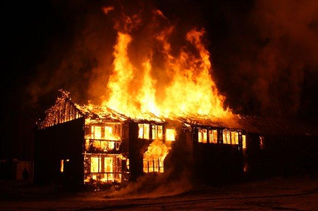Пенсіонер підпалив свій будинок і застрелився на очах у десятків сусідів: колектори довели