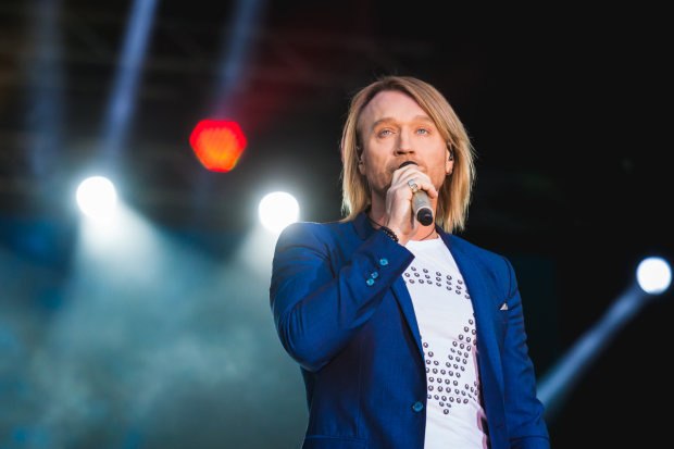 Олег Винник показал, что происходит перед его концертами: возбужденные волчицы устроили полное безумие