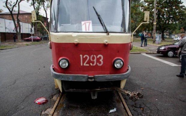 Дикий КамАЗ протаранил трамвай с людьми: фото