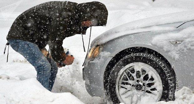 Автомобиль мужчины замело снегом, и он решил очистить его собственным сыном. И ему так проще, и ребенку весело