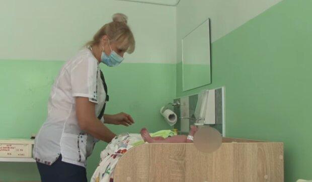 В Тернополе горе-мать отказалась от шестого ребенка - привезла в роддом в грязном полотенце