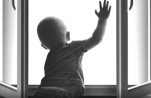 Ребенок около окна
