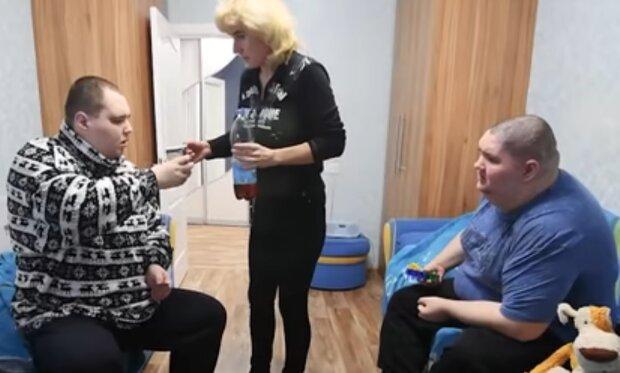 """Любляча мама виховує двох дорослих синів з інвалідністю, руки опускаються: """"Іноді хочу померти"""""""