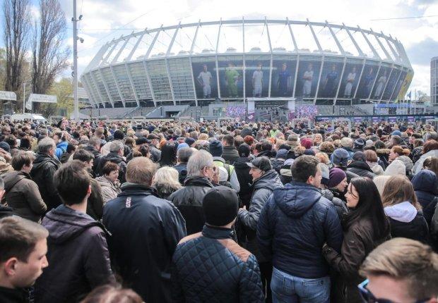 Сколько людей на самом деле пришло на одиночные дебаты Порошенко: красноречивые фото с высоты