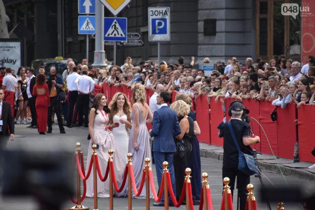 """Сукні випускниць, забута білизна та """"екстравагантні"""" принти: 13 найпровальніших образів Одеського кінофестивалю"""