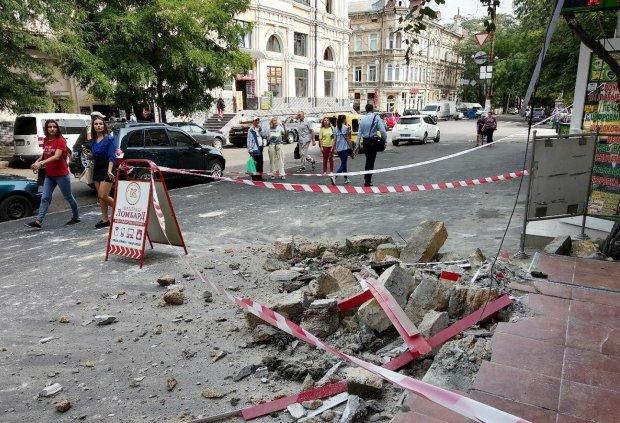 """В Одессе на головы прохожих обрушился балкон: в Труханова """"не заметили"""", - кадры коммунального ада"""