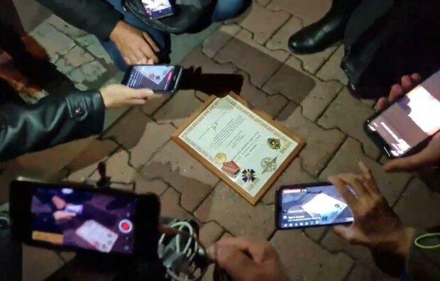 Бывший силовик из ОМОН покаялся за разгон митинга, выбросив награды и значок-это позор