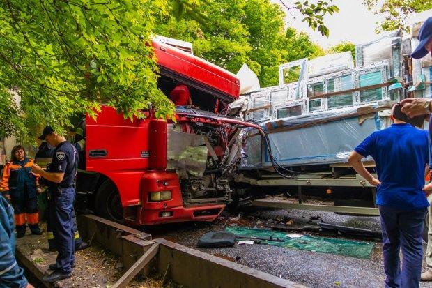 Под Одессой осатаневший водитель фуры устроил фатальное ДТП, сбил и протянул по дороге: фото не для слабонервных