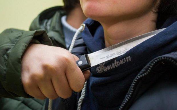 Зводив старі рахунки: неадекват з ножем напав на відомого волонтера