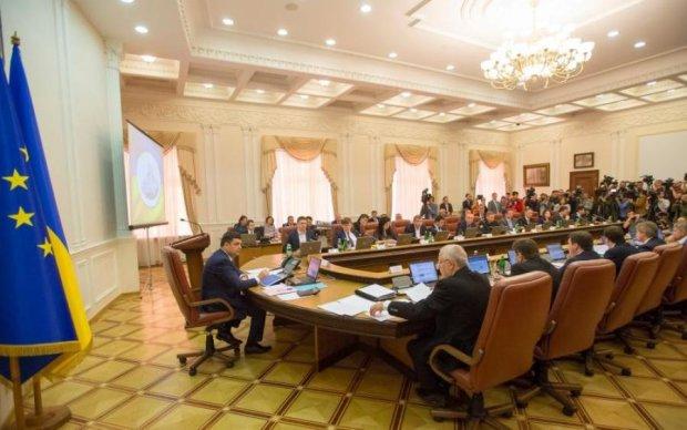 Украинцев заманивают на госслужбу баснословной зарплатой