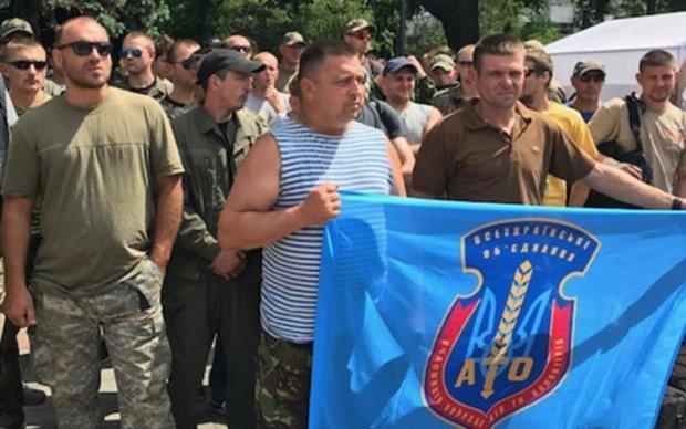 Участники АТО требуют от Порошенко распустить Раду и Кабмин