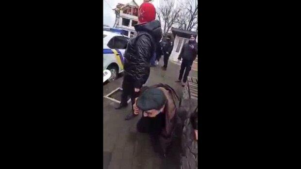 Мужчина просит полицию забрать его, скриншот: Youtube