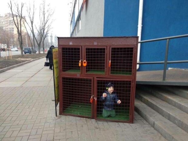 """Ребенок в клетке, фото - """"Типичный Киев"""""""